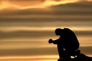 uomo-di-fede-prega-dio